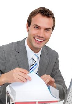 Hombre de negocios joven confidente que estudia un contrato