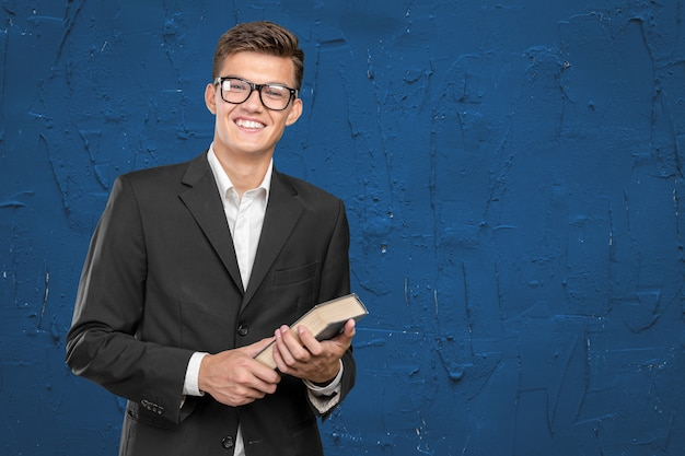 Hombre de negocios joven guapo con un libro
