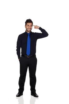 Hombre de negocios joven pensativo con el lazo azul aislado en el fondo blanco