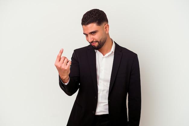 Hombre de negocios joven de raza mixta aislado sobre fondo blanco apuntando con el dedo como si invitara a acercarse.