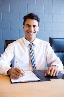 Hombre de negocios joven en la reunión de negocios en la sala de conferencias en la oficina