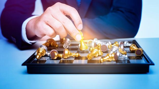 Hombre de negocios está jugando ajedrez, estrategia de gestión empresarial.