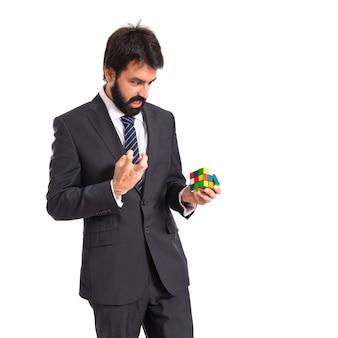 Hombre de negocios jugando un juego de inteligencia sobre backgrpund blanco