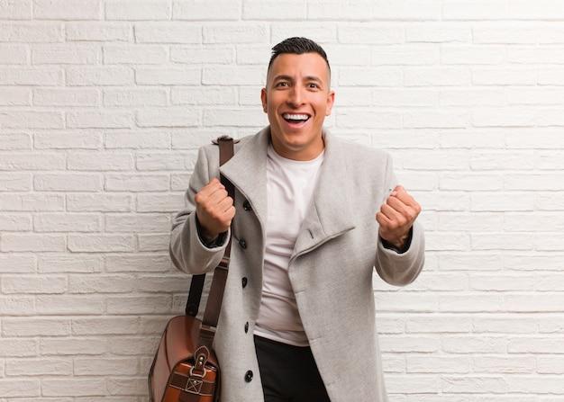 Hombre de negocios latino joven sorprendido y conmocionado
