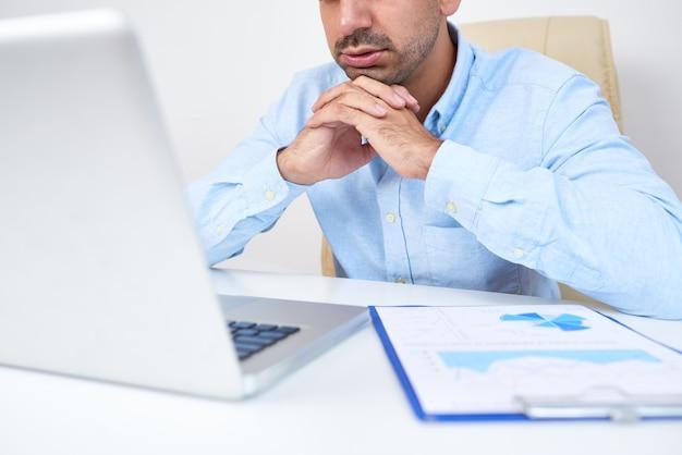 Hombre de negocios leyendo artículo en línea