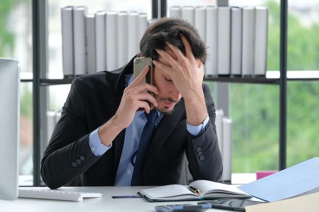 Hombre de negocios llamando al escritorio de oficina