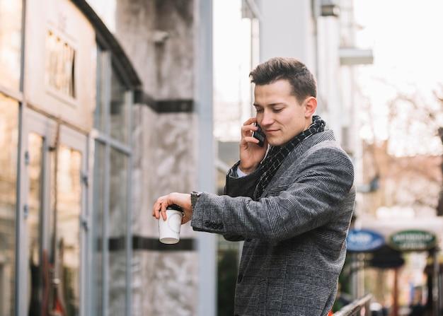 Hombre de negocios llamando