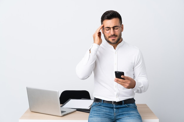 Hombre de negocios en un lugar de trabajo con una computadora portátil