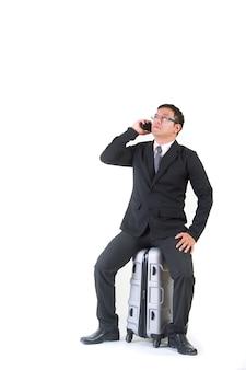 Hombre de negocios con una maleta aislada sobre fondo blanco