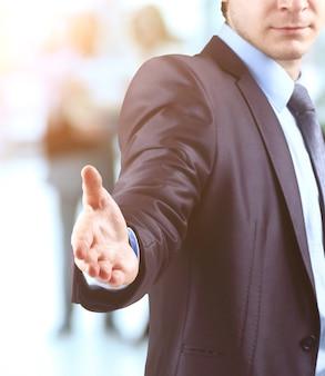 Hombre de negocios con la mano abierta listo para hacer un trato