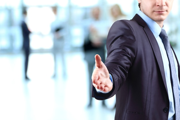 El hombre de negocios. mano para un apretón de manos. la conclusión de la transacción.