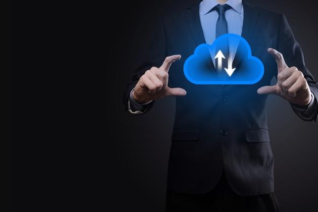 Hombre de negocios mantenga el icono de la nube concepto de computación en la nube: conecte el teléfono inteligente a la nube. tecnólogo de información de redes informáticas con teléfono inteligente. concepto de datos grandes.
