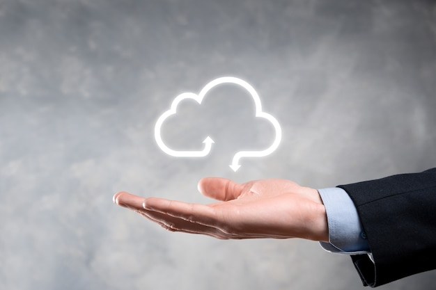 Hombre de negocios mantenga el icono de la nube concepto de computación en la nube: conecte el teléfono inteligente a la nube.
