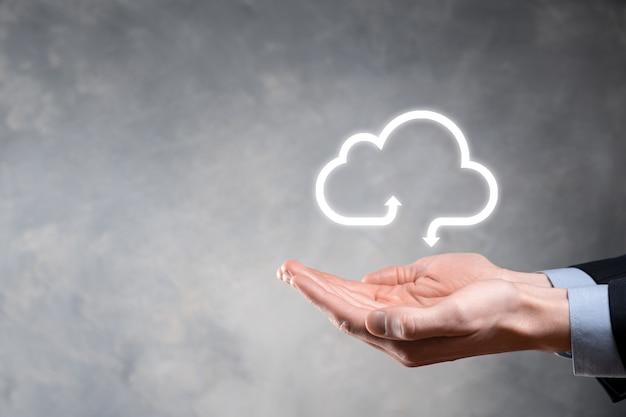 Hombre de negocios mantenga el símbolo de la nube concepto de computación en la nube: conecte el teléfono inteligente a la nube. tecnólogo de información de redes informáticas con teléfono inteligente. concepto de datos grandes.