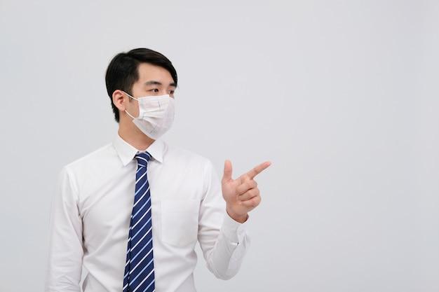 Hombre de negocios con máscara protectora contra el virus de la gripe fría infección por bacterias infección