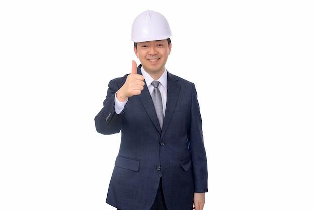 Hombre de negocios de mediana edad asiático que hace gestos de mano en un fondo blanco.