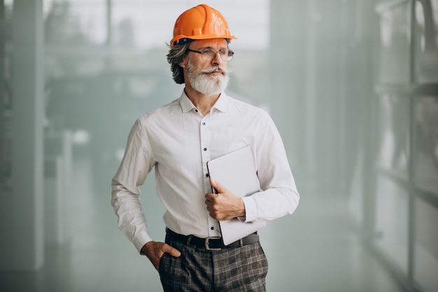 Hombre de negocios de mediana edad en un casco