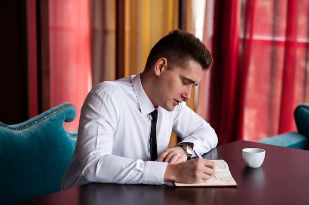 Hombre de negocios en la mesa