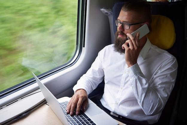 Hombre de negocios, mientras, viaje, en tren