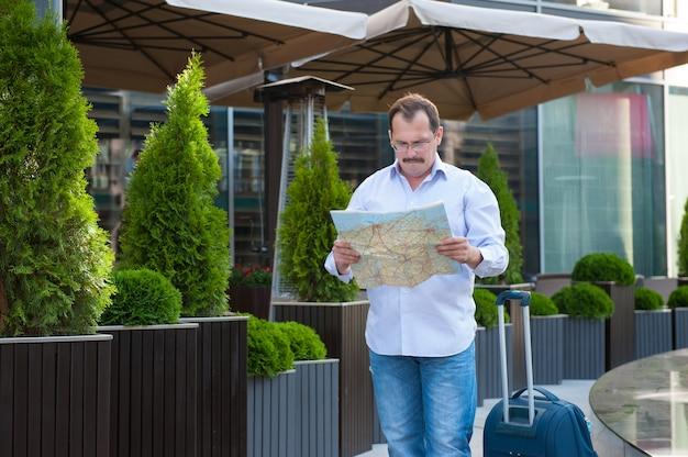 Hombre de negocios mirando el camino en el mapa.