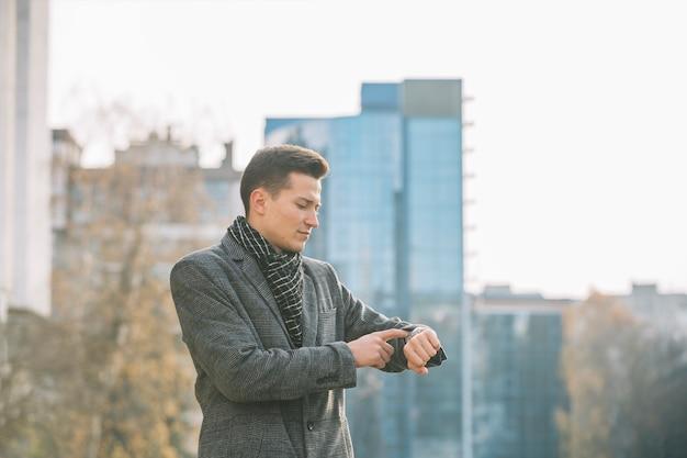 Hombre de negocios mirando su reloj