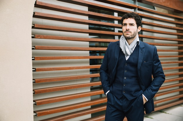 Hombre de negocios modern en entorno urbano