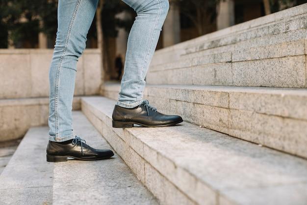 Hombre de negocios moderno y con estilo subiendo escaleras