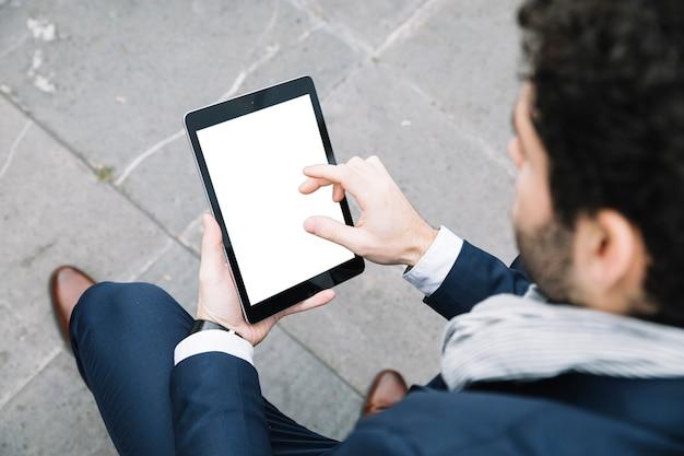 Hombre de negocios moderno usando dispositivo al aire libre