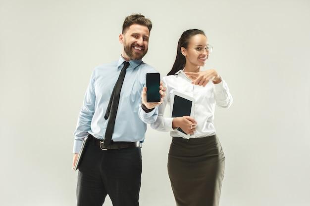 Un hombre de negocios muestra el portátil a su colega en la oficina.