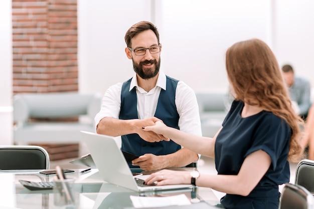 Hombre de negocios, y, mujer de negocios, sacudarir las manos, encima, el, escritorio., foto, con, espacio de copia