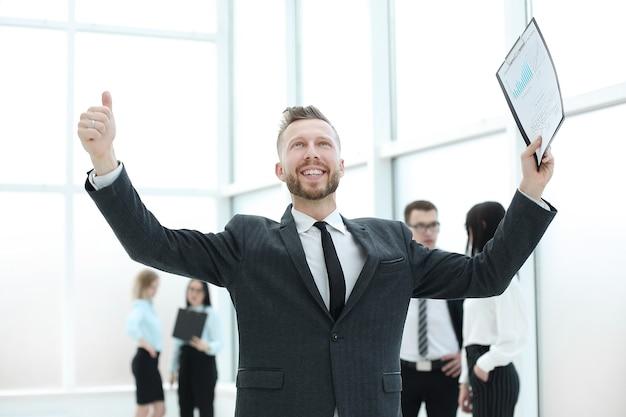 Hombre de negocios muy feliz con nuevo contrato permanente en office