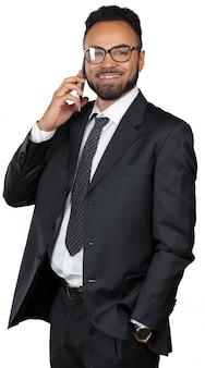 Hombre de negocios negro que habla en su teléfono aislado en blanco
