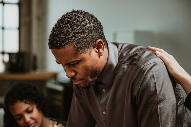 Hombre de negocios negro trabajando con un equipo