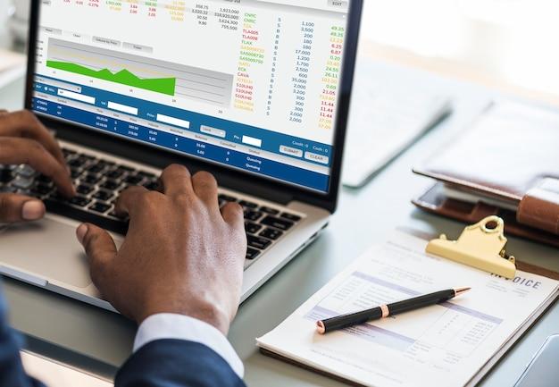 Hombre de negocios negro usando la computadora portátil