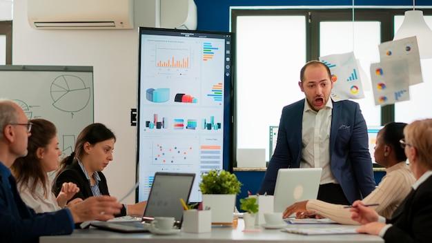 Hombre de negocios nervioso peleando en coworking con conflicto en el lugar de trabajo culpando a las acusaciones de errores de incompetencia en el trabajo. reprimenda por los resultados infructuosos y el concepto de rivalidad.