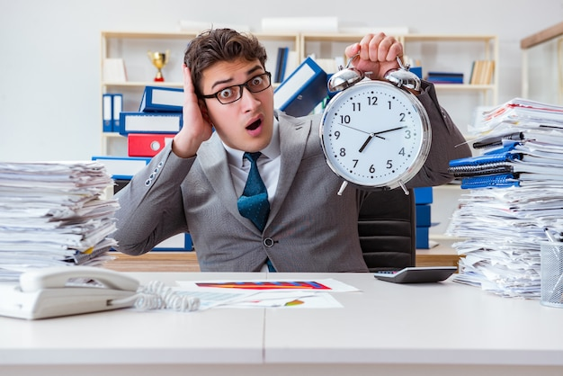 El hombre de negocios no cumple con la fecha límite