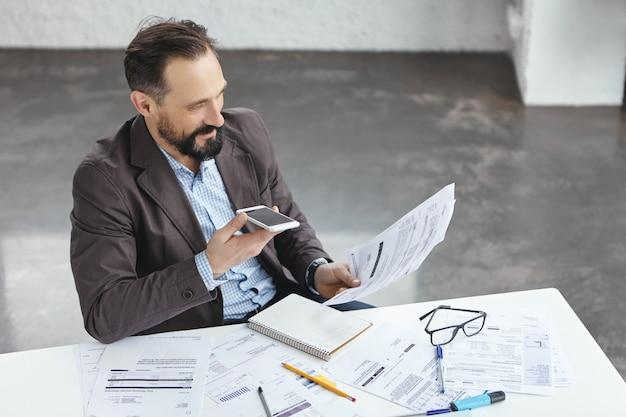 Hombre de negocios, en, oficina, hablar teléfono