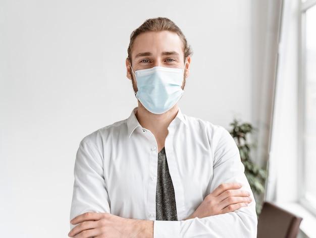 Hombre de negocios, en, oficina, llevando, máscara