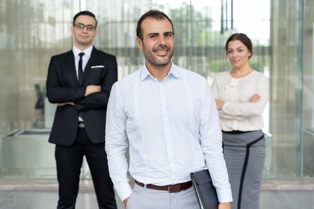 Hombre de negocios optimista confiado en camisa azul clara y su té