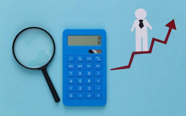 Hombre de negocios de papel en flecha de crecimiento, calculadora y lupa