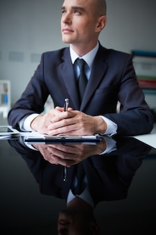 Hombre de negocios pensando en la oficina