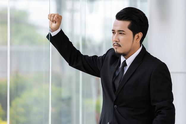 Hombre de negocios pensando en oficina