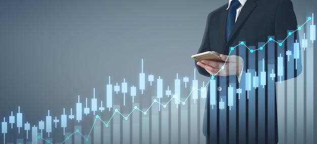 Hombre de negocios plan gráfico crecimiento y aumento del teléfono de negocios gráfico en mano