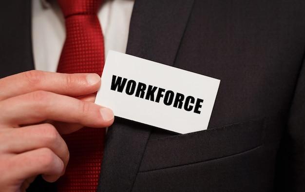 Hombre de negocios poniendo una tarjeta con el texto trabajadores en el bolsillo
