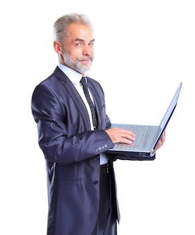 Hombre de negocios con un portátil, aislado sobre un fondo blanco.