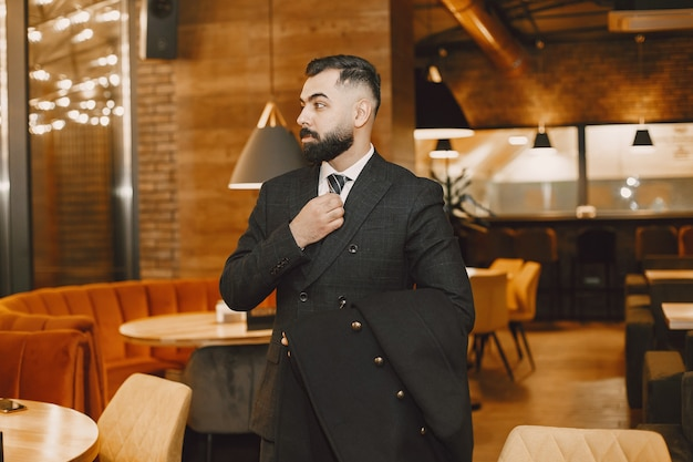 Hombre de negocios, posar, en, un, restaurante