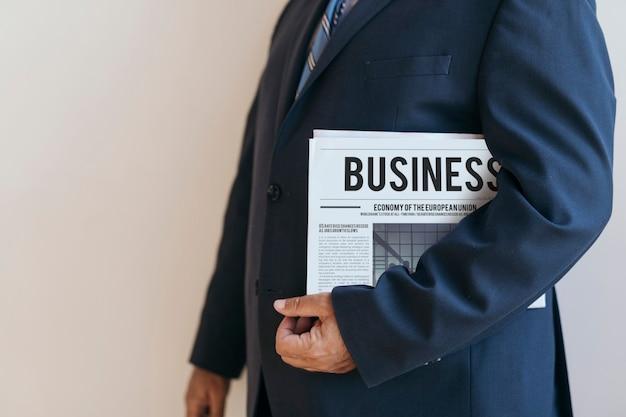 Hombre de negocios, posición, con, un, periódico