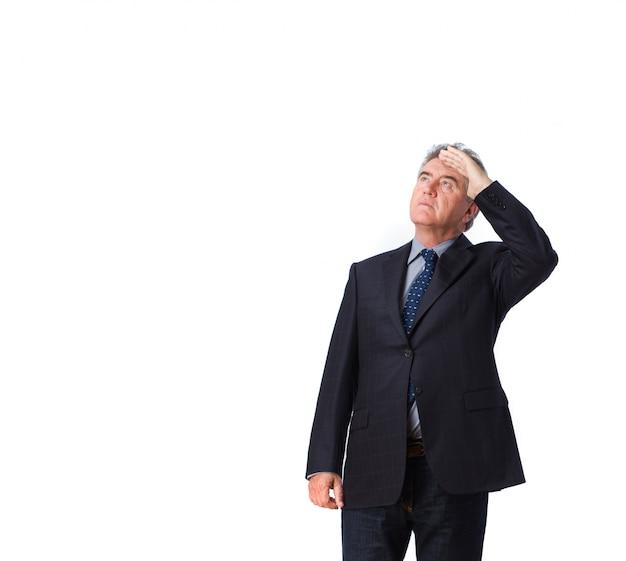 Hombre de negocios preocupado mirando hacia arriba