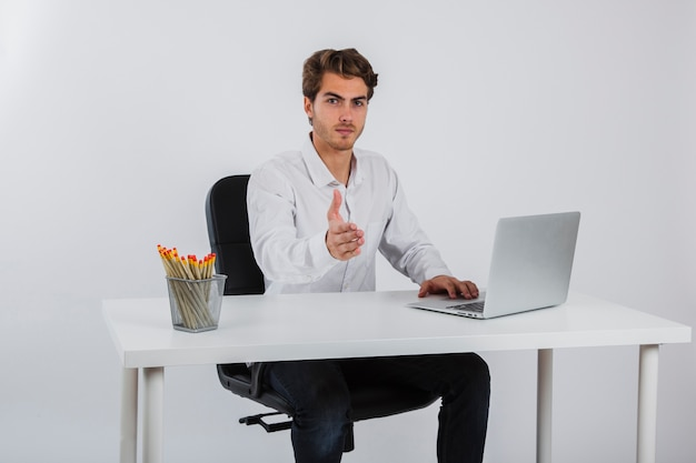 Hombre de negocios presentándose