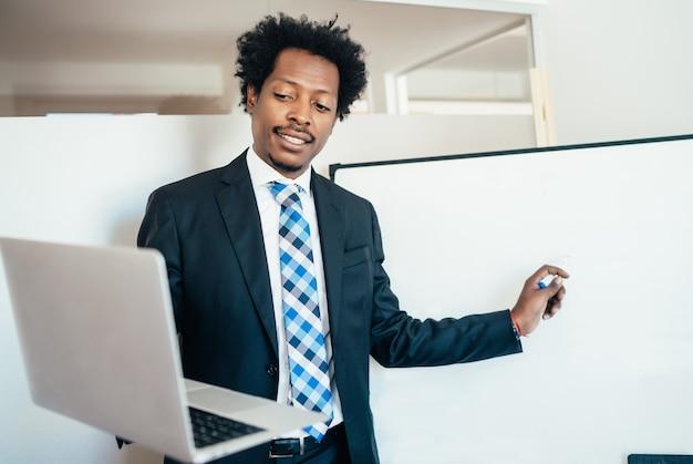 Hombre de negocios profesional en una reunión virtual en videollamada con portátil en la oficina. concepto de negocio.